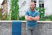 Der Fotograf Ueli Alder aus Hemberg möchte die Mauern in Krinau in einen blauen Teppich verpacken. (Bild: Corinne Bischof)