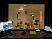 In einer simulierten Notaufnahme im Schweizer Institut für Rettungsmedizin (Sirmed) wird eine Unfallpuppe versorgt. Hinter einer Spiegelscheibe versteckt, schaut der Übungsleiter zu und steuert das Szenario. (Bild: KEYSTONE/ALEXANDRA WEY)