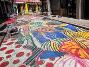In New York ist ein ungewöhnliches Kunstobjekt auf einer Strasse in Chinatown entstanden. (Bild: KEYSTONE/AP/MARY ALTAFFER)