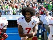 Löste die Protestwelle amerikanischer Sportler aus: Quarterback Colin Kaepernick kniet 2016 bei der US-Nationalhymne (Bild: KEYSTONE/AP/TED S. WARREN)