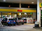 Tatort in Flums: Vor diesem Tankstellenshop attackierte der damals 17-Jährige eine Frau mit einem Beil. Nach der missglückten Flucht konnte der Lette von der Polizei verhaftet werden (Archivbild). (Bild: KEYSTONE/EDDY RISCH)