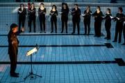 Im grossen Bassin des ehemaligen städtischen Hallenbads Luzern finden regelmässig Kulturveranstaltungen statt (hier der Chor molto cantabile am Weltwassertag am 22. März 2018). Künftig soll auch der Kellerraum vermehrt genutzt werden. (Bild: Philipp Schmidli)