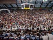 Die legendäre Eishalle Valascia bei Ambris traditioneller Team-Präsentation, die jeweils gut einen Monat vor dem Saisonstart im Programm steht (Bild: KEYSTONE/TI-PRESS/SAMUEL GOLAY)