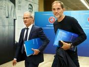 PSG-Coach Thomas Tuchel (rechts) wird in Nyon mit einigen seiner Trainerkollegen bei Giorgio Marchetti, dem stellvertretenden UEFA-Generalsekretär, vorstellig (Bild: KEYSTONE/SALVATORE DI NOLFI)