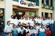 Da war das Team noch überschaubar: Undatiertes Foto der Google-Mitarbeiter von 1998, dem Jahr der Firmengründung. (EPA, Palo Alto, Kalifornien)