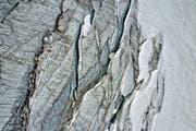 Die Gletscheroberfläche mit Rissen und Spalten. (Archivbild: Pius Amrein)