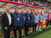 Das dänische Ersatzteam steht zur Nationalhymne stramm (Bild: KEYSTONE/EPA/TIBOR SOMOGYI)