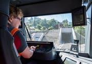 Lokführerin Carmen Sieber Wirth fährt mit dem «Tango» beim Nordportal in den Ruckhaldetunnel. Eine Minute später kommt der Zug im Riethüsli wieder heraus. (Bild: Thomas Hary/5. September 2018)