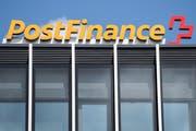 Sicht auf das Logo der Postfinance beim Postparc in Bern. (Archivbild: Peter Schneider/Keystone, Bern, 5. Juni 2018)
