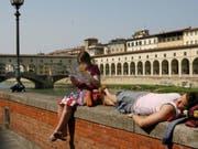 Wehe, wenn sie etwas essen: Florenz sagt Touristen, die auf Trottoirs essen und damit Geld sparen, den Kampf an. (Bild: KEYSTONE/EPA/CARLO FERRARO)