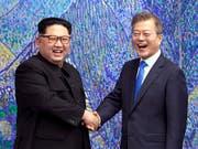 Südkoreas Präsident Moon Jae-In (rechts) hat erneut eine Delegation nach Nordkorea entsandt, um ein weiteres Gipfeltreffen mit dem nordkoreanischen Diktator Kim Jong Un (links) vorzubereiten. (Bild: KEYSTONE/AP Korea Summit Press Pool)