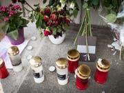 Trauerkerzen und Blumen am Tatort Bahnhof Salez SG, aufgenommen am Freitag, 19. August 2016. Ein 27-jähriger Mann hatte in einem Regionalzug mit Benzin und einem Besser zwei Frauen tödlich verletzt und weitere Opfer verletzt. Der Täter kam dabei ums Leben. (Bild: KEYSTONE/GIAN EHRENZELLER)