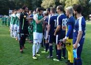 Ein grosser Moment für die Amateurfussballer: Handschlag mit den Profis. (Bild: Hanspeter Thurnherr)
