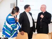 Charles Morerod, Präsident SBK, rechts, spricht mit Vizepräsident Felix Gmür an einer Medienkonferenz über die sexuellen Übergriffe im kirchlichen Umfeld, aufgenommen am Mittwoch, 5. September 2018 in St. Gallen. (Bild: KEYSTONE/ENNIO LEANZA)