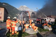 Die Löscharbeiten bei der Recycling-Firma Baldini (Bild: Urs Flüeler / Keystone, Altdorf, 5. September 2018)