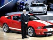 Der frühere Rennfahrer Carroll Shelby bei der Einführung des Ford Shelby Cobra GT500 im März 2005 führte bereits den Shelby Cobra 427 zum Erfolg. (Bild: KEYSTONE/EPA/WIECK / FORD MOTOR COMPANY / HANDOUT)