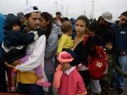 Venezolanische Flüchtlinge an der Grenze zu Peru: Seit 2015 sind bereits 1,6 Millionen Menschen aus dem krisengeschüttelten Venezuela geflohen. (Bild: KEYSTONE/AP/MARTIN MEJIA)