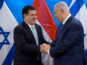Früher andere Politik: Israels Premier Benjamin Netanjahu (rechts) und der ehemalige Präsident Paraguays Horacio Cartés (links) pflegten eine freundschaftliche Beziehung. (Bild: KEYSTONE/POOL AP/SEBASTIAN SCHEINER)