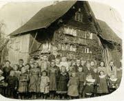 Eine kinderreiche Diepoldsauer Familie. (Bild: Aus dem Buch «As wöart schu wööra Ma tuat wamma kaa»)
