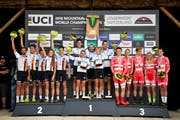 Das Podium beim Team-Wettkampf: 1. Platz Schweiz (Mitte), 2. Platz Deutschland (Mitte) und 3. Platz Dänemark (Bild: Gian Ehrenzeller / Keystone (Lenzerheide, 5. September)