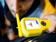 Bier, Tempo, Hupe: Ein französischer Busfahrer liess an seiner Stelle Schüler einen Alkoholtest machen. (Bild: KEYSTONE/VALENTIN FLAURAUD)