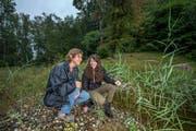 Marie-Louise Kieffer von der Koordinationsstelle für Amphibien- und Repilienschutz (links) und Stefanie Pfefferli, Leiterin des Naturlehrgebiets Buchwald. Zusammen suchen sie im Buchwald nach Schlangen. (Bild: Pius Amrein (Ettiswil, 31. August 2018))