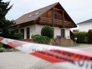 Die Polizei durchsuchte dieses Haus in Finsterhennen. Angetroffen wurde jedoch niemand. (Bild: Keystone/Anthony Anex)