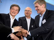 Bisher kauften chinesische Investoren vor allem Grosskonzerne wie Syngenta, nun nehmen sie laut UBS-Experten auch kleinere Übernahmeziele ins Visier. Im Bild: Das damalige Syngenta-Management besiegeln mit ChemChina den Deal per Handschlag. (Bild: KEYSTONE/LAURENT GILLIERON)