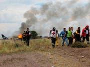 Die Fluggesellschaft Aeroméxico hat Konsequenzen aus einem Flugunfall gezogen und drei Piloten wegen Fehlverhaltens entlassen. (Bild: KEYSTONE/AP Red Cross Durango)