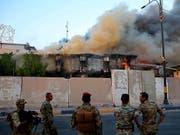 Über zahlreichen Regierungsgebäuden in Basra im Irak gibt es am Donnerstag dicke Rauchschwaden. (Bild: KEYSTONE/AP/NABIL AL-JURANI)