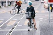 Wird Velofahren sicherer bei einem Ja zum Veloartikel? Wir haben nachgefragt. (Bild: Key/Christian BEutler (Zürich, 10. April 2017))