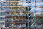 """Das Wandbild """"Die Schällenmatt bei Luzern"""" steht kurz vor der Fertigstellung. (Bild: Philipp Schmidli, 4. September 2018)"""