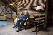 Claire Guntern und Willi Rüedi im Sprözähüsli. Nach monatelanger Renovationsarbeit eröffnet das Haus am Samstag. (Bild: Thomas Hary)