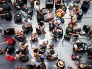 Mehr mehr Menschen können sich Flugreisen leisten. Ein Durchschnittsbürger steigt im Schnitt alle 22 Monate in ein Flugzeug. (Bild: KEYSTONE/ENNIO LEANZA)