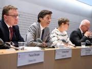 Philipp Metzger, Direktor des Bundesamts für Kommunikation (Bakom) und Vorsitzender der Interdepartementalen Koordinationsgruppe Digitale Schweiz IDK (zweiter von links), präsentiert den Medien Beispiele, wie die Bundesverwaltung die Chancen der Digitalisierung nutzt. (Bild: KEYSTONE/ANTHONY ANEX)