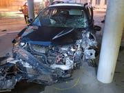 Die Autofahrerin raste in Kriens in ein Schulhaus und wurde dabei leicht verletzt. (Bild: Luzerner Polizei)