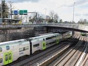 Der öffentliche Verkehr will seinen Energieverbrauch bis 2050 um 30 Prozent senken: BLS-Zug in Bern. (Bild: KEYSTONE/GAETAN BALLY)