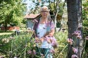 Berta Thurnherr-Spirig in ihrem Garten im Schmitter. (Bild: Beat Belser)