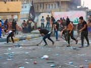 Zahlreiche Demonstranten forderten am Mittwoch in Basra im Irak bessere Dienstleistungen ihres Staates und stiessen dabei mit Sicherheitskräften aufeinander. (Bild: KEYSTONE/AP/NABIL AL-JURANI)