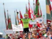 Etappensieg für Vuelta-Neuling: Der 23-jährige Spanier Oscar Rodriguez freut sich auf dem Alto de La Camperona über seinen Coup (Bild: KEYSTONE/EPA EFE/MANUEK BRUQUE)