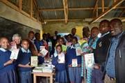 Nelly Näf (Zweite von links) bei der Übergabe von Schulbüchern in der Schule Empaash in Suswa, Riftvalley, Kenia. (Bild: PD)