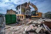 Das ehemalige Restaurant Central an der Bahnhofstrasse in Root wird abgerissen. Bild: Pius Amrein (6. September 2018)