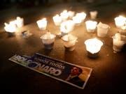 Kerzen für den ultrarechten brasilianischen Präsidentschaftskandidaten, Jair Bolsonaro, der bei einer Wahlkampfveranstaltung von einem Messerattentäter schwer verletzt wurde. (Bild: KEYSTONE/EPA EFE/FERNANDO BIZERRA)