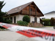 Die Polizei hat am Freitag den gesuchten Bewohner eines Hauses im bernischen Finsterhennen bei der Liegenschaft angetroffen. (Bild: KEYSTONE/ANTHONY ANEX)