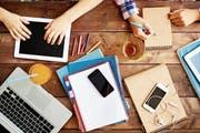 Einerseits sollen die Schüler im Umgang mit Computer und Smartphone kompetent werden, andererseits darf das Handy nicht vom Unterricht ablenken. (Bild: Getty)