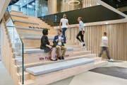 Blick in die neuen Büroräume von Astra-Zeneca in Baar, hier das «Herzstück»: die grosse Holztreppe. (Bild: PD)