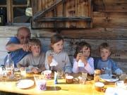 Ruedi Rymann im Jahr 2005 mit vier seiner Enkelkinder auf der Fluonalp. (Bild: Privatarchiv Familie Rymann)