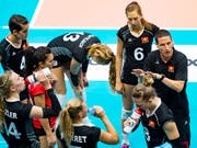 Die Schweizer Volleyballerinnen erhalten Instruktionen von Nationalcoach Timo Lippuner (Bild: KEYSTONE/JEAN-CHRISTOPHE BOTT)