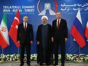 Russlands Staatschef Wladimir Putin, der iranische Präsident Hassan Ruhani und der türkische Präsident Recep Tayyip Erdogan beraten derzeit über die Situation in der syrischen Rebellenhochburg Idlib. (Bild: KEYSTONE/AP Presidency Press Service)