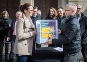 Im März reichte das Komitee die Volksinitiative vor dem Regierungsgebäude in Frauenfeld ein. 4265 gültige Unterschriften kamen zusammen. (Bild: Reto Martin)